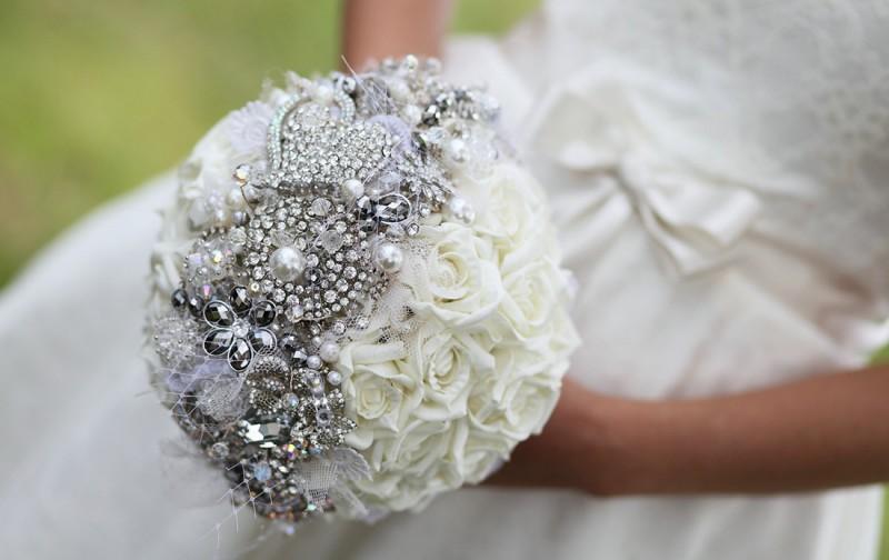Свадебные букет с драгоценными брошами
