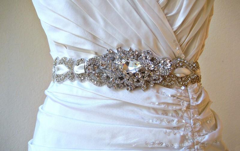 Сверкающий пояс на свадебном платье
