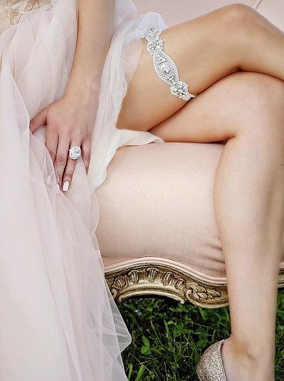 Сверкающая подвязка на свадьбу