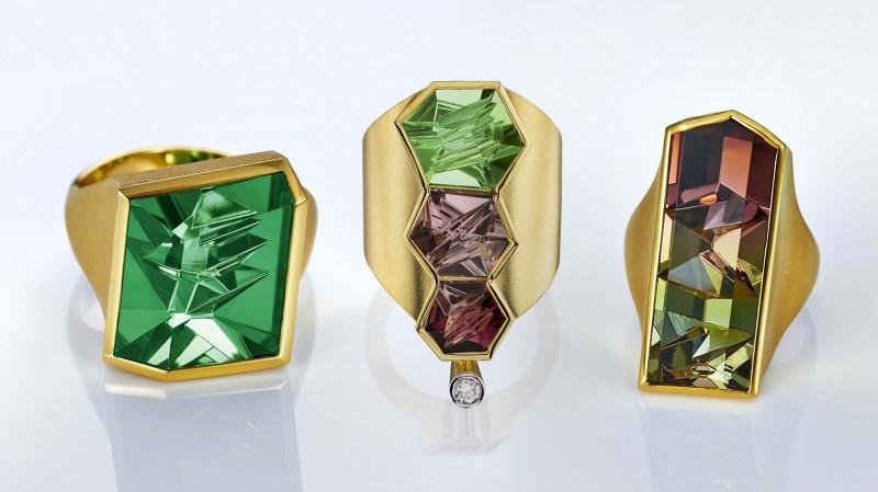 Кольца Atelier Munsteiner (слева направо): с зеленым турмалином; с тремя разноцветными турмалинами и бриллиантом; с двухцветным турмалином