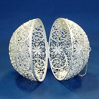 Елочный шар-шкатулка, изготовленный в технике скани (филиграни)). Фото: Злат-Дар