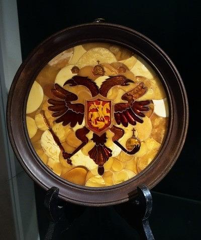 Герб России из янтаря