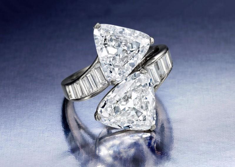 Кольцо 1949 года от Harry Winston с двумя треугольными бриллиантами