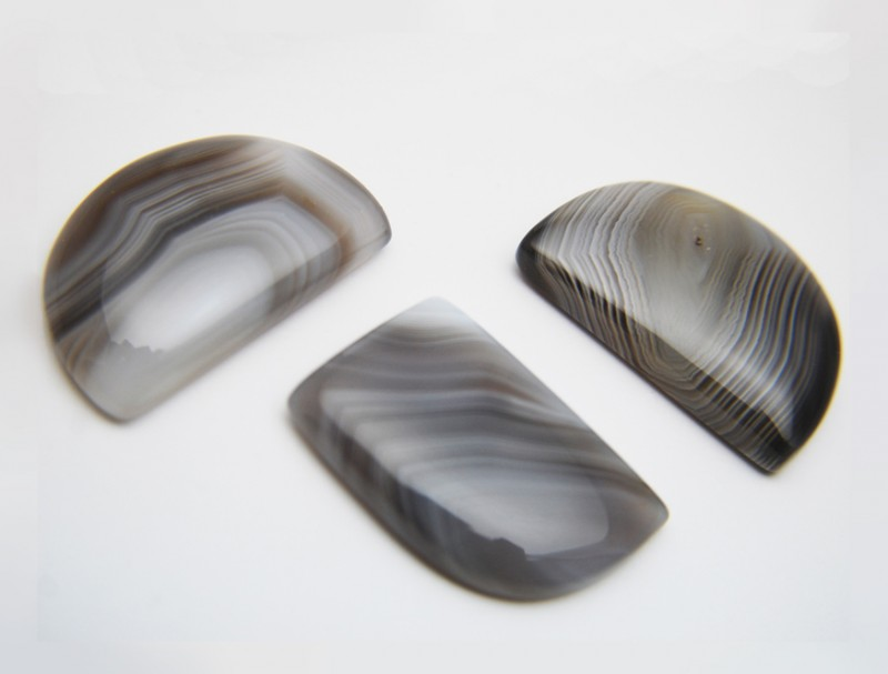 Фото натурального обработанного серого агата. Фото: gemstonescorp.com