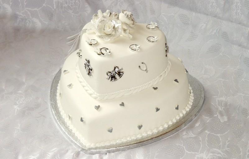 Пищевое серебро применяют для украшения тортов и пирожных