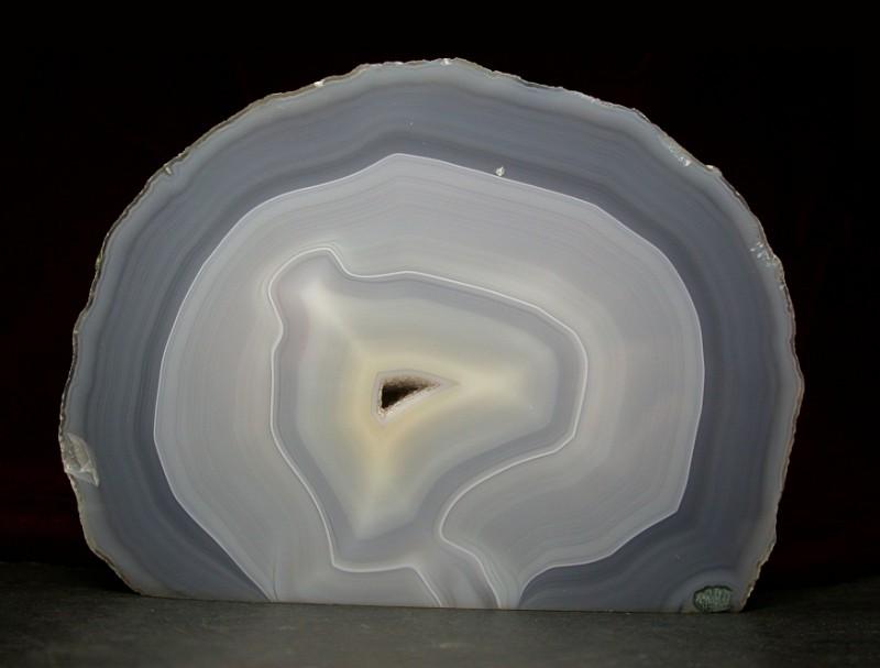 Слои образуют контрастные концентрические узоры. Фото: minerals.caltech.edu