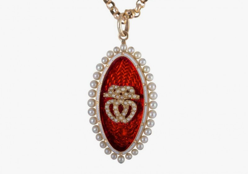 Подвеска от Melody Rodgers c жемчугом и красной эмалью, украшенная изображением двух соединенных сердец и символическим узлом над ними.