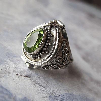 Кольцо, украшенное в технике зернь. Фото garuda.livemaster.ru