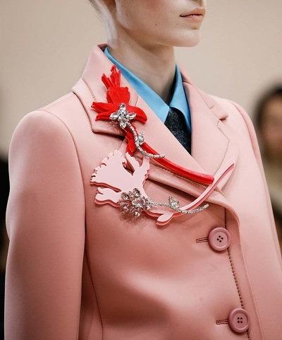 Крупные броши на лацкане пальто