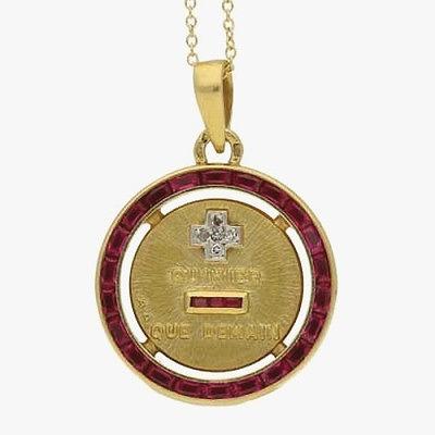 Подвеска из 18-каратного золота с бриллиантами и синтетическими рубинами, воспроизводящая фразу «[люблю] больше, чем вчера, но меньше, чем завтра» из комедии «Сирано де Бержерак». Приблизительно 1930 год.