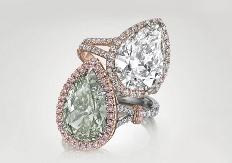 Кольцо с желтовато-зеленым грушевидным бриллиантом и кольцо с бесцветным грушевидным бриллиантом