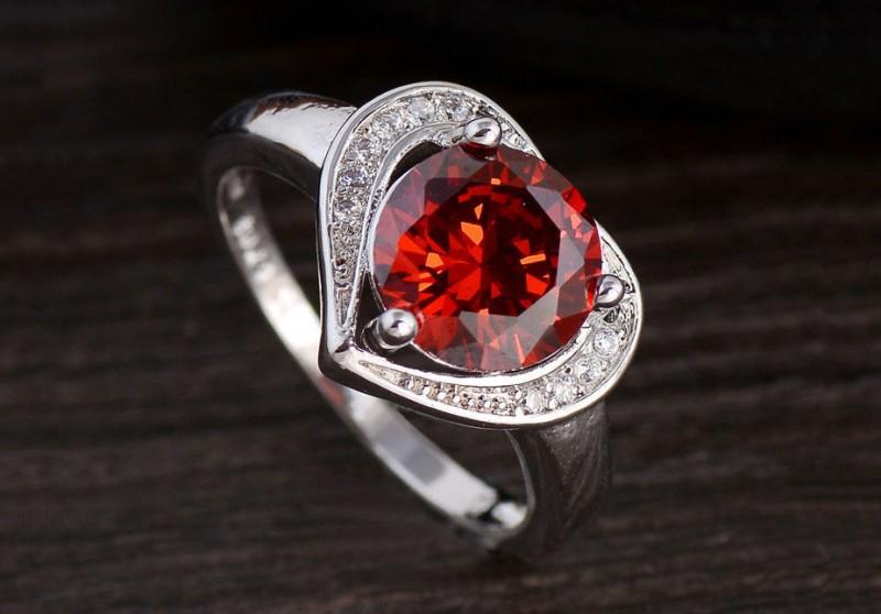 Серебряное кольцо с красным фианитом