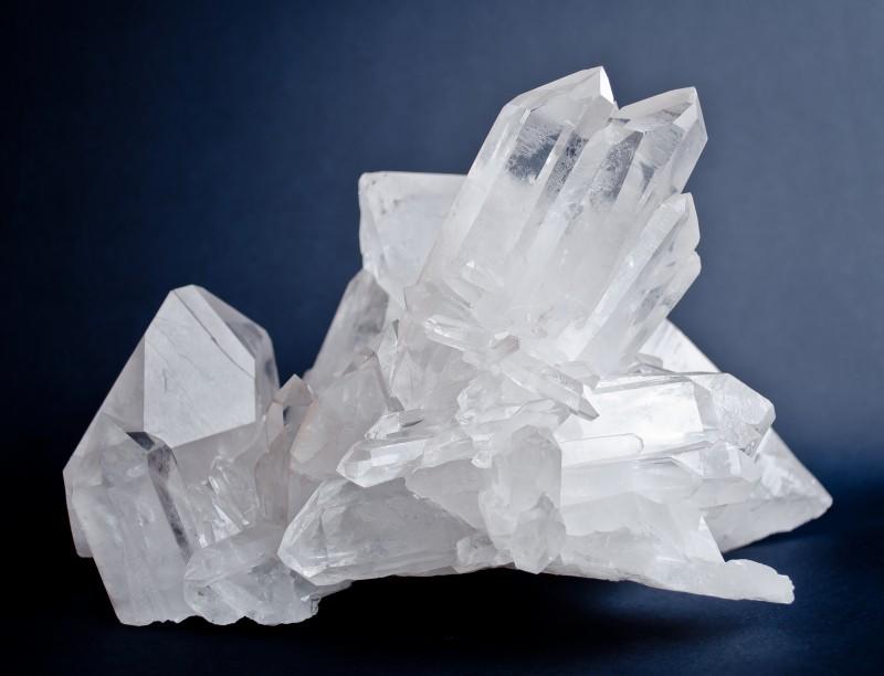 Большой кристалл горного хрусталя на темно-синем фоне