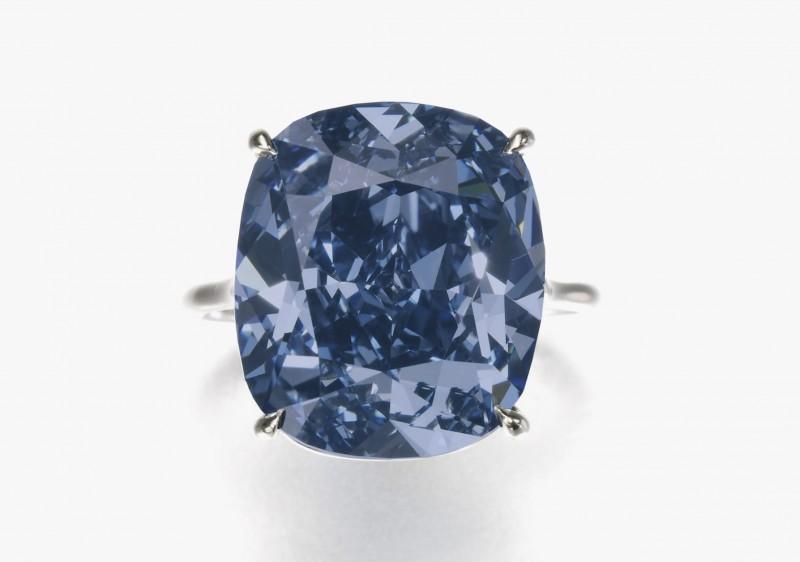 Кольцо с 12-каратным бриллиантом Blue Moon, проданным за 48,5 миллиона долларов.