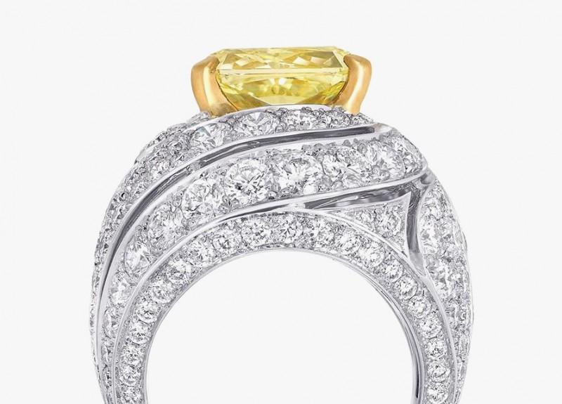 Коктейльное кольцо Graff с бесцветными бриллиантами и желтым бриллиантов в центре