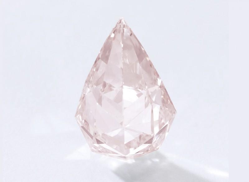 Оранжево-розовый бриллиант в форме бриолета весом 15,2 карата