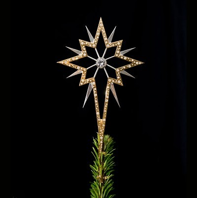 Необычное елочное украшение инкрустировано почти тремя сотнями бриллиантов