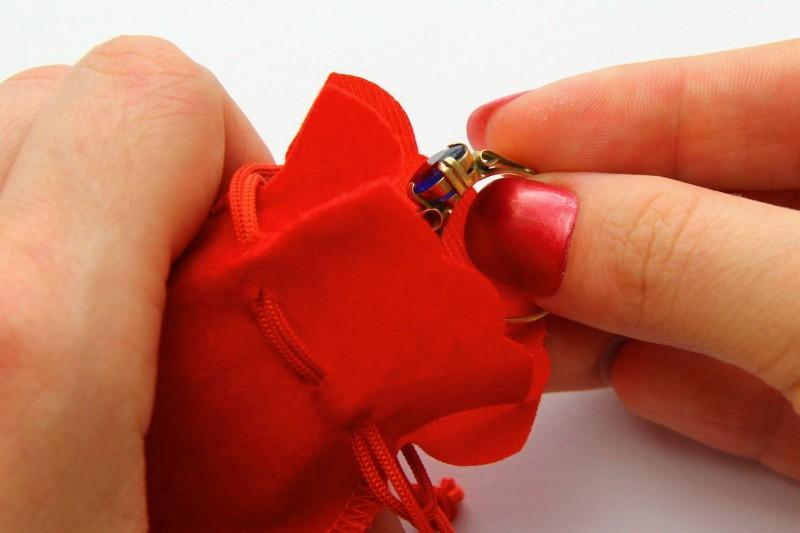 Хранить украшение нужно в шкатулке или в плотном мягком мешочке