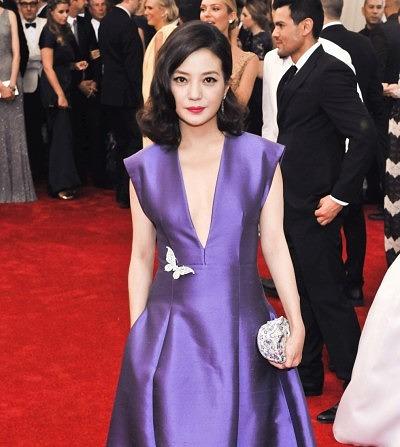 Актриса Чжао Вэй на дела на Met Gala 2015 брошь-бабочку от Tiffany & Co.