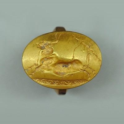 Золотое кольцо с выгравированными атлетами, запрыгивающими на была. Фото: Jennifer Stephens