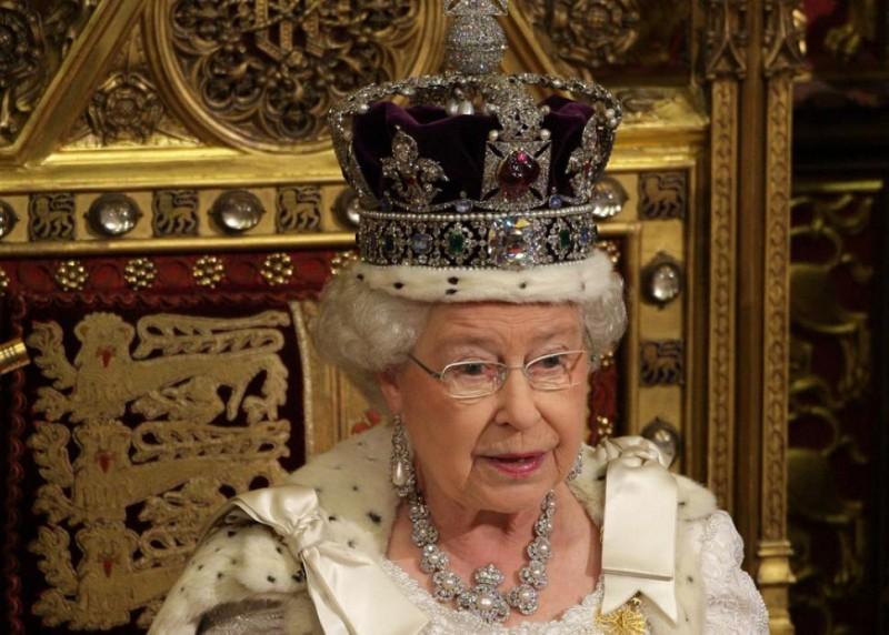 Королева Елизавета II в короне с бриллиантом Кохинур
