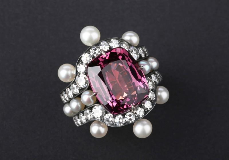 Кольцо с бриллиантами, белым жемчугом и шпинелью