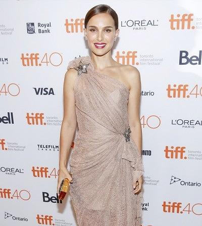 Во время киновестивала в Торонто Натали Портман украсила платье брошью в форме звезды