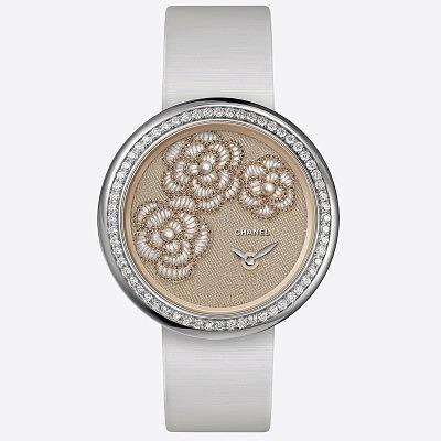 Часы Chanel Mademoiselle Privé с вышитым циферблатом из шелка. Ориентировочная цена 33800–43400 евро