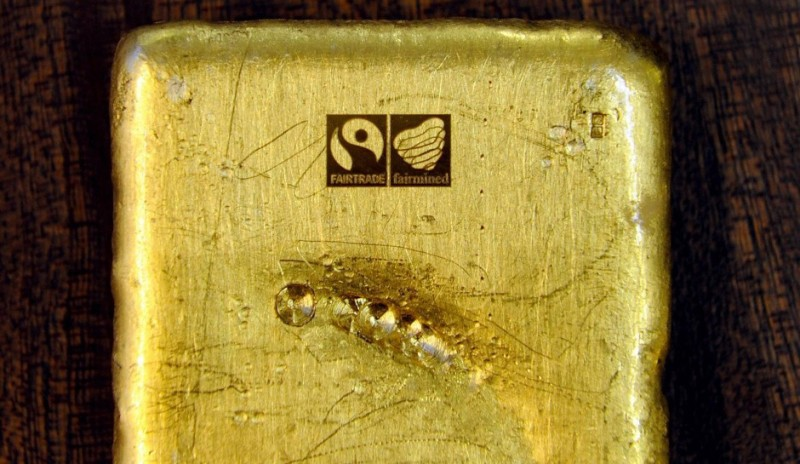Слиток золота, отмеченный клеймом Fairtrade и Fairmined