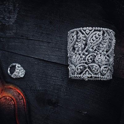 Платиновые кольцо и браслет с бриллиантами, сверкавшие на Карен Эльсон в рождественском видео Cartier