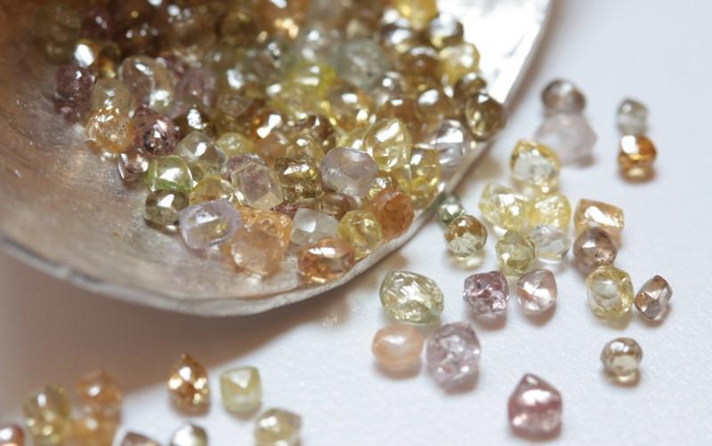 Необработанные алмазы. Фото: annamoltkehuitfeldt.wordpress.com