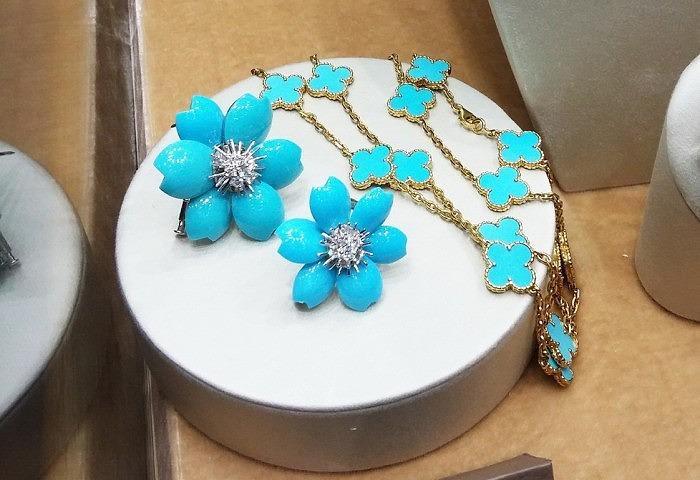 Пара брошей-цветов «Морозник» с бирюзой и бриллиантами от Van Cleef & Arpels; Ожерелье «Альгамбра» из золота с бирюзой от Van Cleef & Arpels