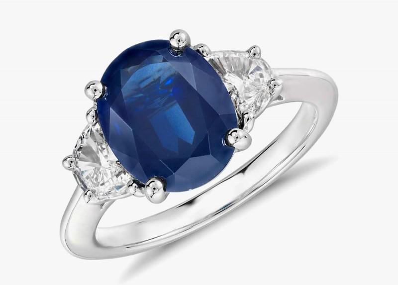 Обручальное кольцо с сапфиром и бриллиантами от Blue Nile