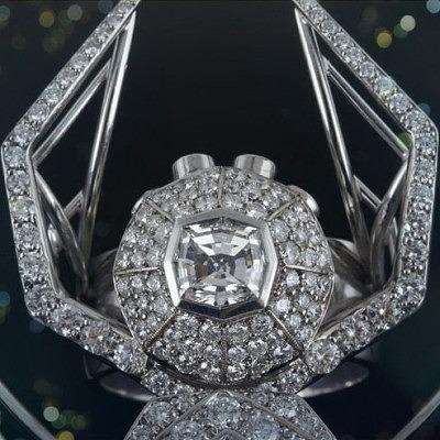 Голова паука украшена бриллиантом 0,8 карата