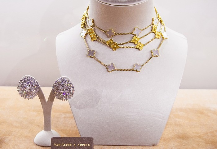 Серьги Van Cleef & Arpels с грушевидными и круглыми бесцветными бриллиантами общим весом 32 карата, приблизительно 1960 год. Два ожерелья «Альгамбра» от Van Cleef & Arpels — с перламутром и без вставок