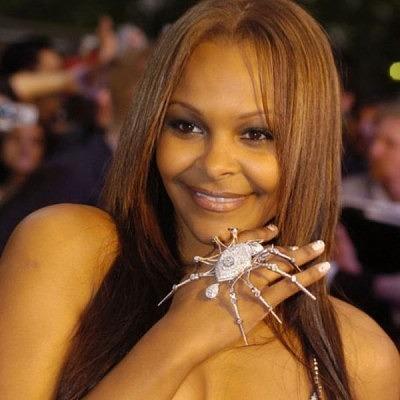 Саманта Мамба надело кольцо-паук на премьеру фильма «Новый Человек-паук. Высокое напряжение»