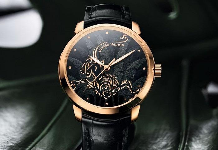 Корпус часов выполнен из 18-каратного золота, а циферблат украшен эмалью