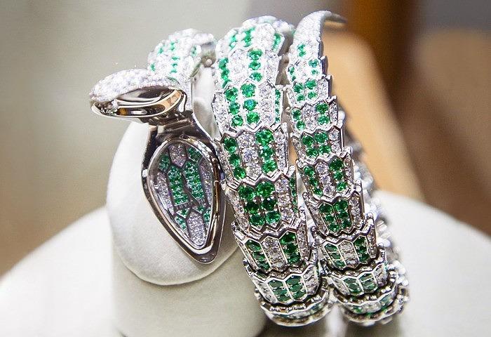 Змеевидный браслет-часы от Bulgari с бриллиантами, изумрудами и малахитом