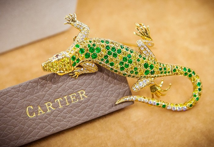 Брошь в виде ящерицы от Cartier с изумрудами, рубинами, а также желтыми и бесцветными бриллиантами, приблизительно 1970 год
