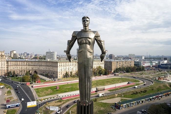 Памятник Гагарину в Москве, изготовленный из титана