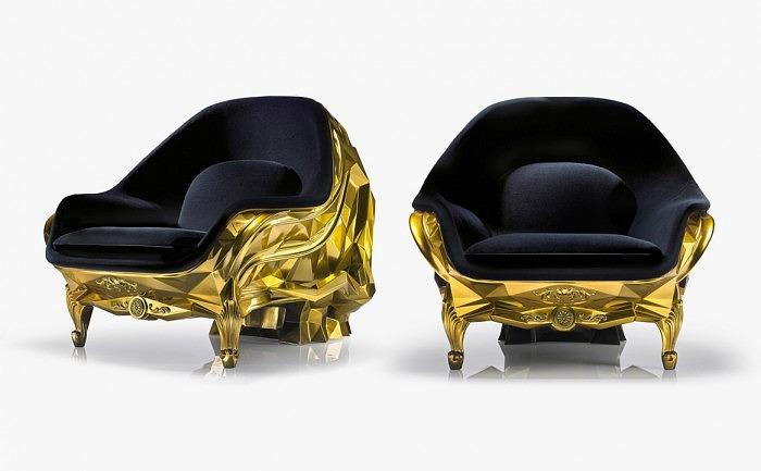 Кресло обито изнутри черным бархатом