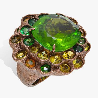 Цавориты, опалы и зеленые турмалины в кольце из родированного золота