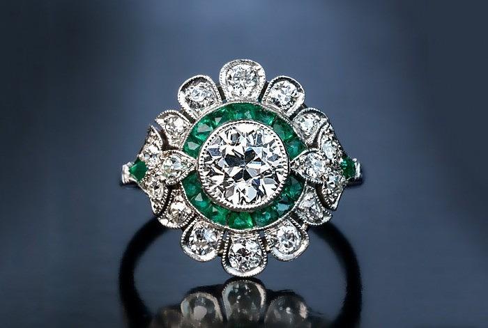 Кольцо в стиле ар-деко с бриллиантами и изумрудами. Фото: romanovrussia.com