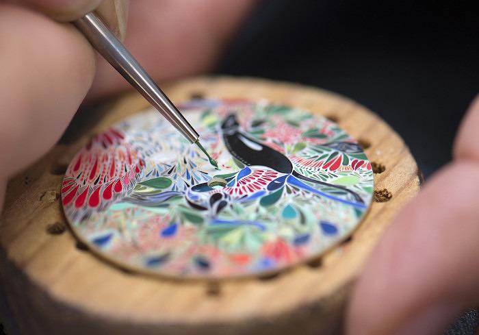 Процесс нанесения рисунка на циферблат часов Slim d'Hermès Mille Fleurs du Mexique