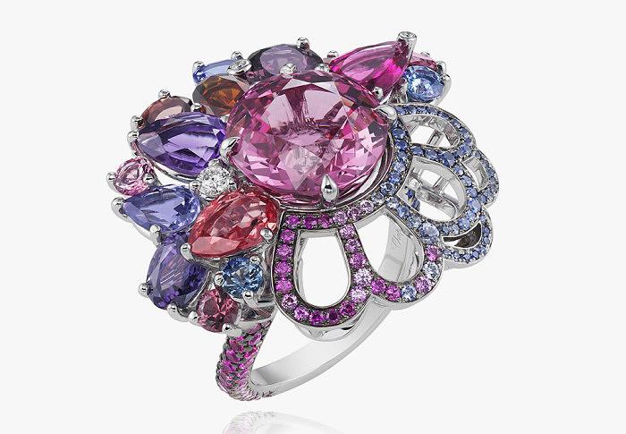 Кольцо Бэль, героини мультфильма «Красавица и Чудовище», инкрустированное разноцветной шпинелью. Chanel