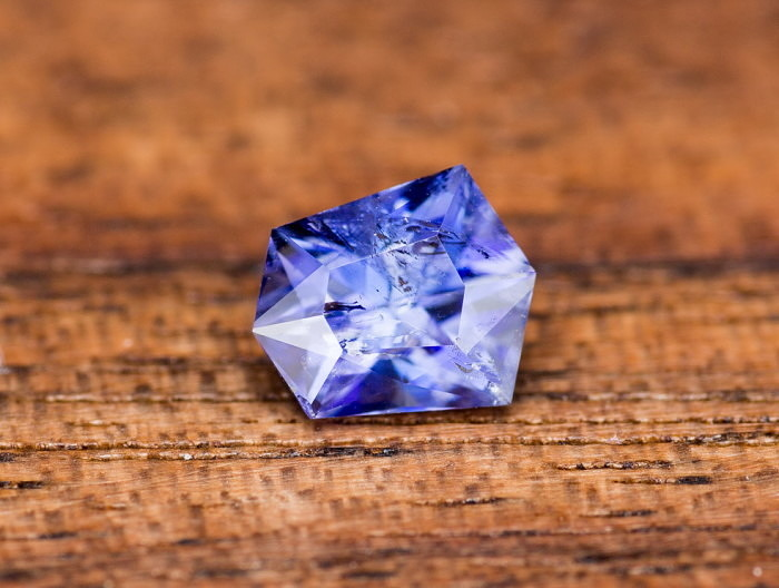 Ограненный бенитоит. Фото: earthstreasury.com