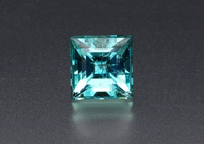 Ограненный камень эвклаз. Фото: gemologyonline.com