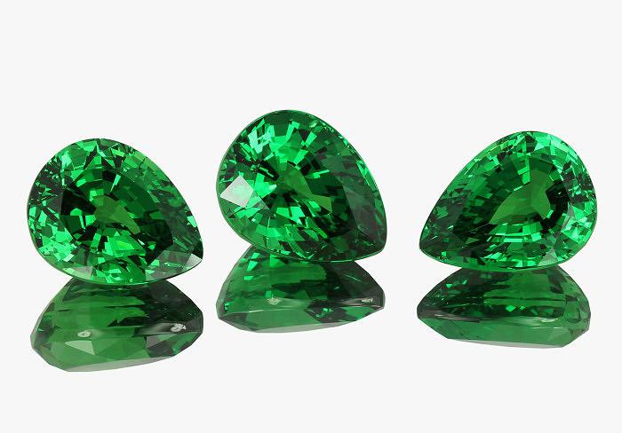 Грушевидные ограненные тсавориты. Фото: jewellerynetasia.com