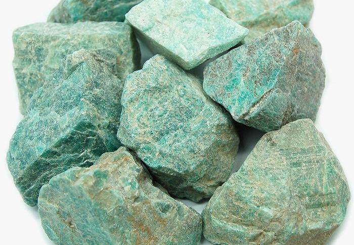 Необработанные куски натурального амазонита. Фото: healingcrystals.com