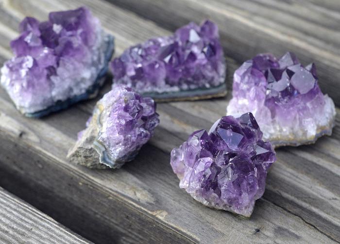 Щетки кристаллов аметиста. Фото: energymuse.com